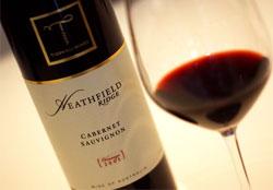 ヒース・フィールド  赤ワインとグラス