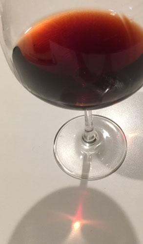 ルモワスネ ブルゴーニュ・ルージュ ディアマン・ジュビレ 1997 の美しいガーネット色の液体