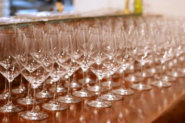 用意されたワイングラスは120脚以上